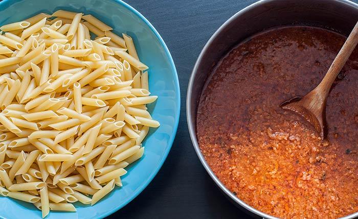 sauce bolognaise maison avec des tomates fraîches, pour faire des pâtes bolognaise