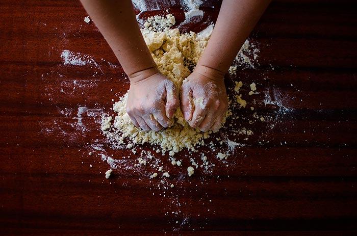 pétrissage pendant la préparation de la pâte-à-pain maison (recette pour apprendre à faire du pain)