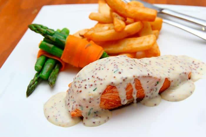 pavé de saumon grillé en sauce, recette de cuisine ou pour un repas de Noël