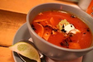 soupe de tortilla, plat typique de cuisine mexicaine