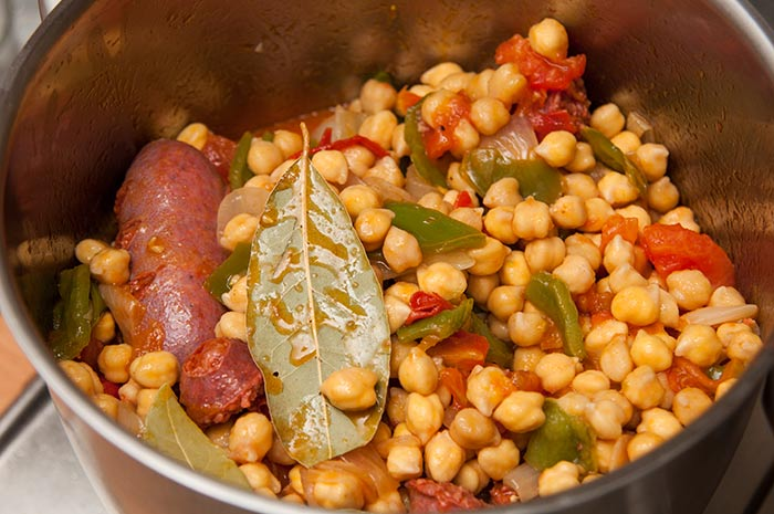 cuisson des pois chiches pour la soupe de pois chiches à l'espagnole
