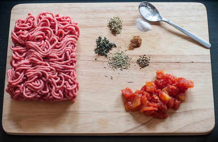 de la viande hachée pour la recette de sauce bolognaise maison italienne