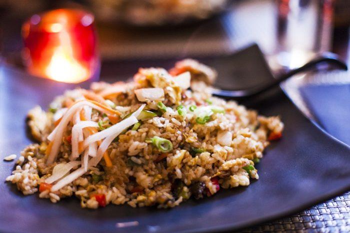 riz cantonais, recette traditionnel, avec des légumes et des grains.