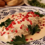 piments en sauce à la noix ou chiles en nogada, spécialité de la cuisine mexicaine