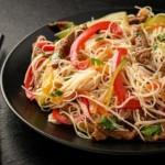nouilles chinoises sautées à la viande de boeuf et aux légumes : recette de cuisine facile