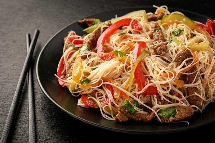 nouilles chinoises sautées aux légumes et au bœuf : recette de cuisine facile